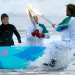 Olympisches Feuer via Surfboard nach Vancouver