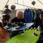Uwe Schröder erklärt Kiteboardshapes im Kitelife Village beim Beetle Kitesurf World Cup
