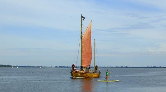 SUP_mit-Segelschiff-im-Bodden-vor-Vitte_fuer_Superflavor