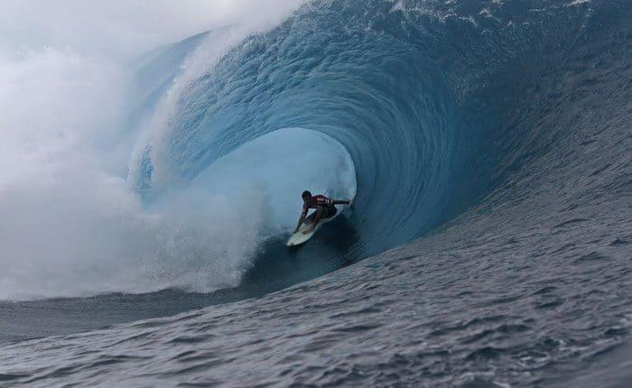 Kelly Slater gewinnt in Tahiti und führt beim ASP World-Titel