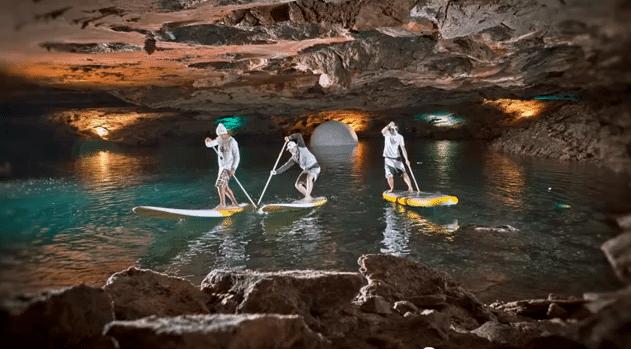 Stand Up Paddling im Untergrund des Salzkammergut