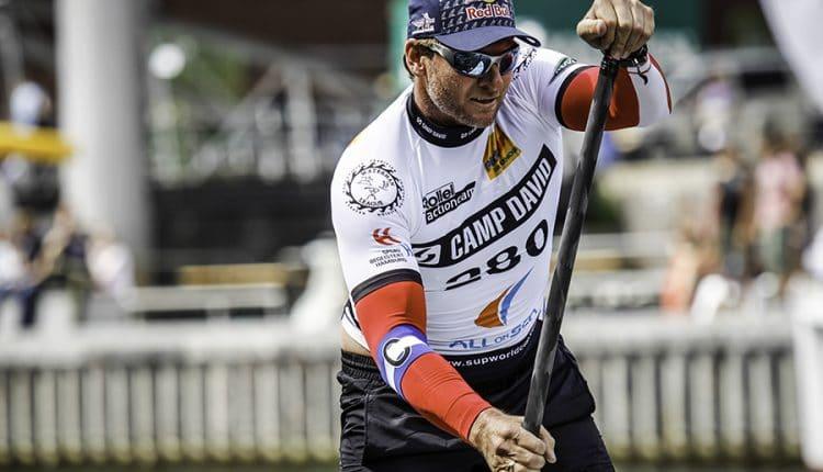 007 Bösewicht Götz Otto paddelt beim CAMP DAVID SUP World Cup Fehmarn für einen guten Zweck