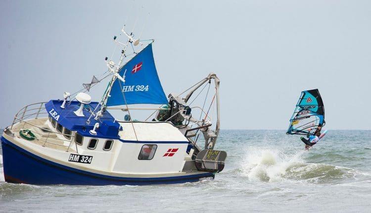 Havarierter Fischkutter behindert Cold Hawaii Windsurf World Cup