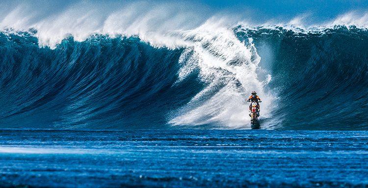 """Robbie Maddison reitet in """"Pipe Dream"""" auf Dirtbike die Wellen vor Tahiti"""