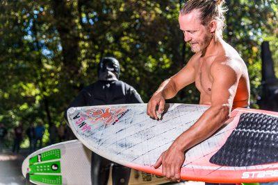 170118 FSME LN River Surfen 02@72dpi 400x267 - Immer auf der Welle reiten – Riversurfen als Leidenschaft