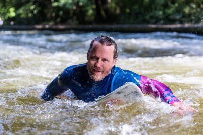 170118 FSME LN River Surfen 06@72dpi 400x267 - Immer auf der Welle reiten – Riversurfen als Leidenschaft