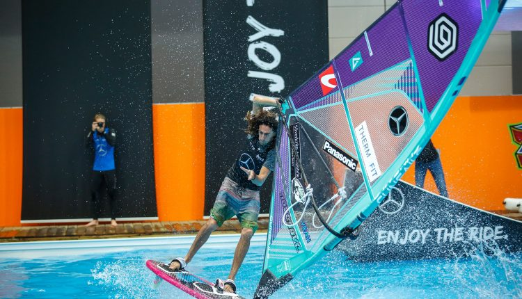 Tow-in_Windsurfing_boot_Duesseldorf_1